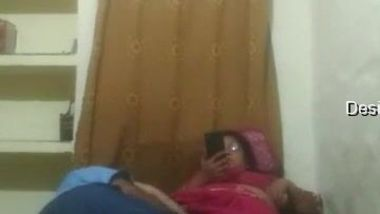 Man offers the nerdy Indian aunty to film XXX video and she agrees