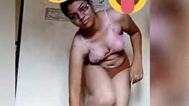 Indian MILF gets naked showing XXX boobs to all the sex viewers