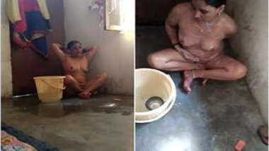 Fellow films how naked Desi woman nicely washes XXX body in bathroom