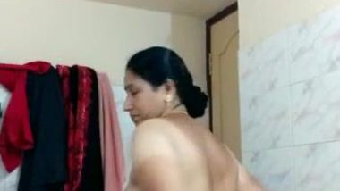 Hot Desi BBW washes gigantic buttocks in the amateur porn video