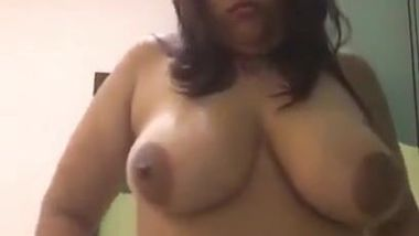 Sex show of Desi mom who shows saggy breasts and beautiful belly