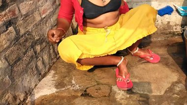 Desi Tamil Aunty Topless Outdoor Bath Capture...