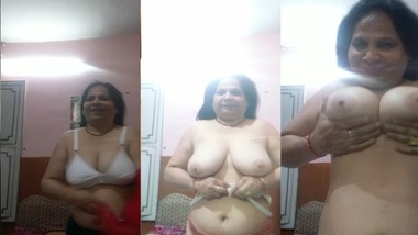 Busty mature Indian Bhabhi making her own nude video