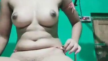 Good-looking Desi girl decides to pamper lover with XXX video