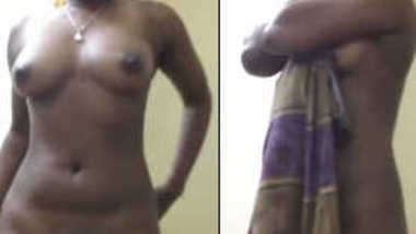 Indian poses on camera after the shower drying her XXX body in a sex way
