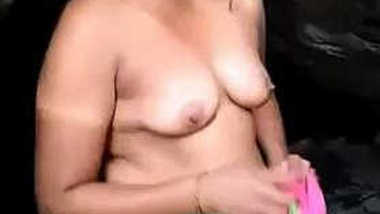 Desi Bhabhi takes clothes off and gives a XXX blowjob to sex cameraman