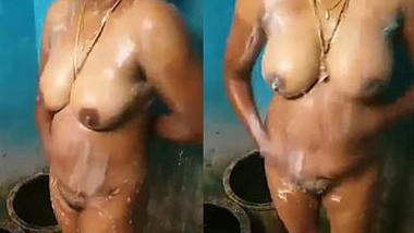 Amateur porn video of an Indian woman with nice tits taking a shower