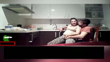Home alone Goa bhabhi gets her pussy rubbed over clothes!