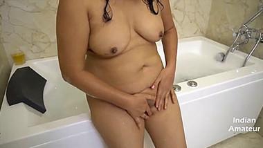 During bubble bath chubby Desi aunty nicely fingers own XXX pussy
