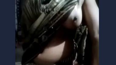 Desi bhabi Showing Boobs