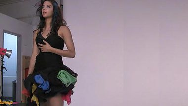 Sex video of luxurious Desi model dressed in seductive black XXX dress