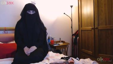 Indian takes off hijab after she rides a dildo for a while